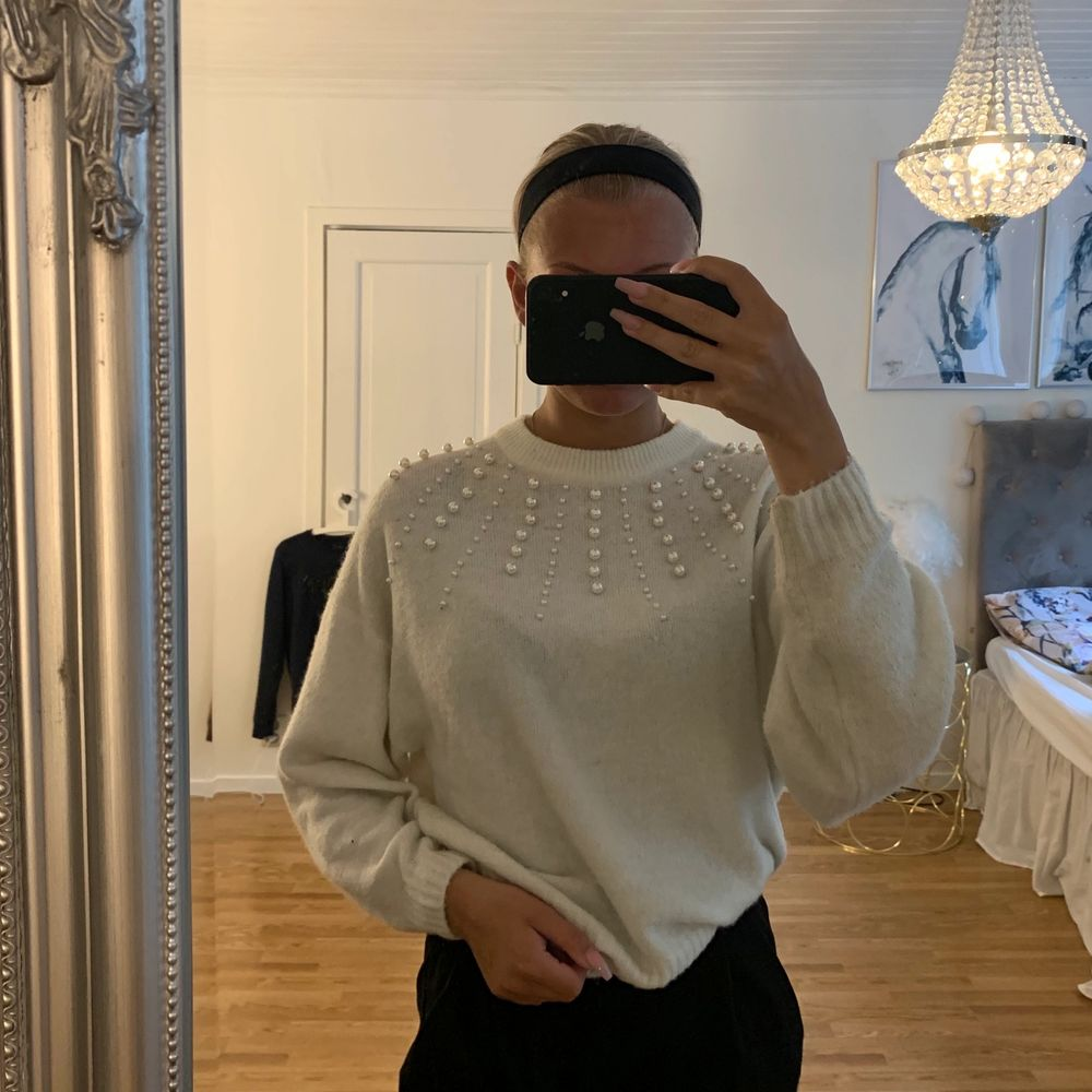 En super söt stickad vit tröja med pärlor på som inte alls är använd mycket tyvärr och vill derför sälja den . Stickat.