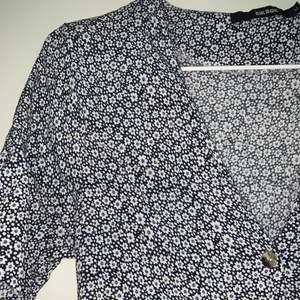 Blå- och vitblommig klänning från BikBok i storlek M! Fel storlek för mig, därav är den endast använd ett fåtal gånger! 120kr + frakt 🌈