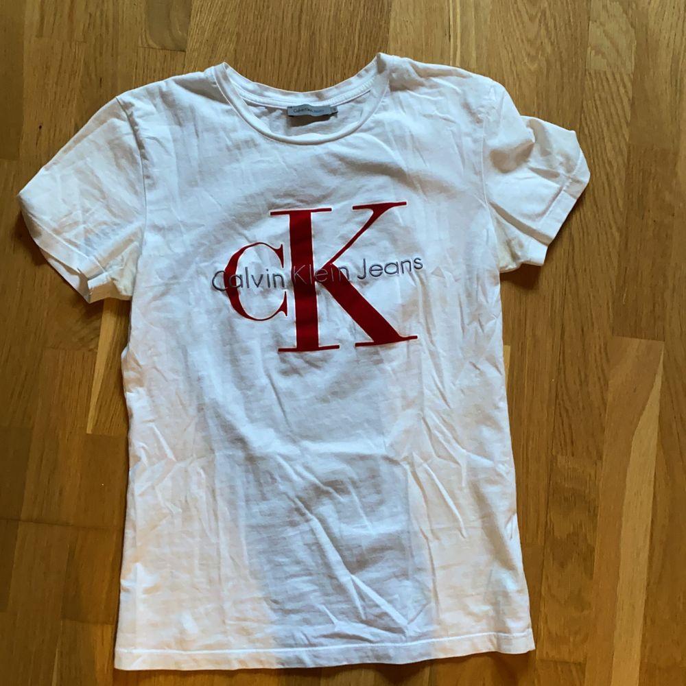 T-shirt från Calvin Klein med rött märke. Inget fel på den, kommer bara inte till användning. T-shirts.