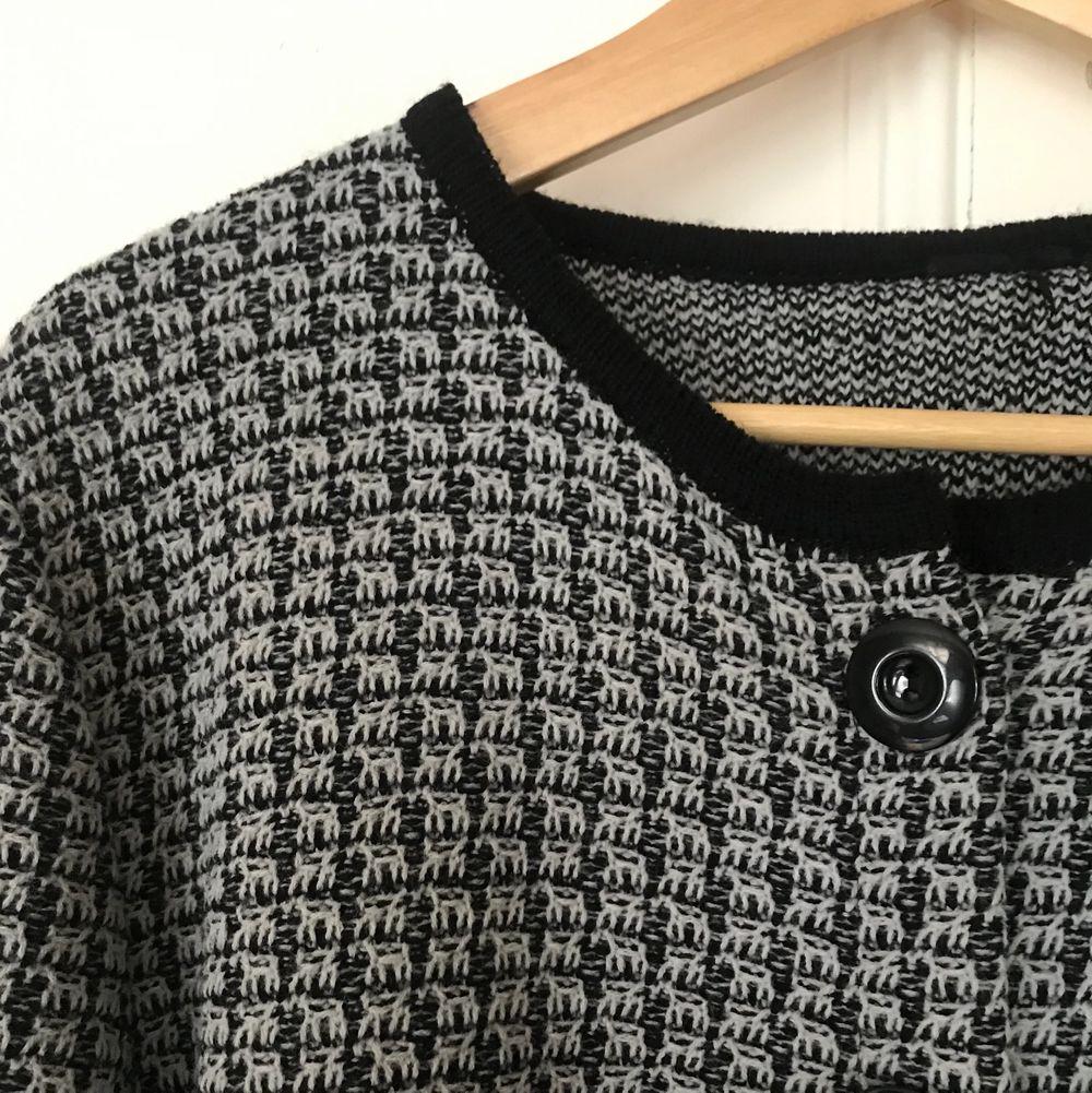 Mönstrad och mjuk stickad kofta med fickor och svarta detaljer. Har små axelvaddar som ger snygg figur, använd endast 1 gång. Frakt tillkommer. . Tröjor & Koftor.