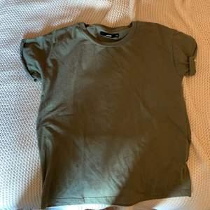 Vanlig grön T-shirt från BikBok, möts i Karlstad skickar inte på posten
