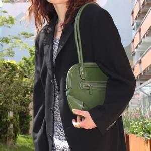 En sjukt snygg handväska i bra skick! Vi börjar med ett startbud på 75 kr! Ses på Söder annars står köparen för frakt❤️🧚♂️