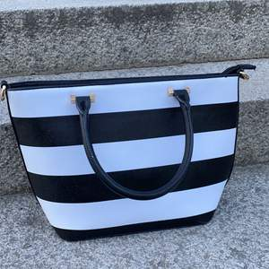 Randig handväska i bra skick!
