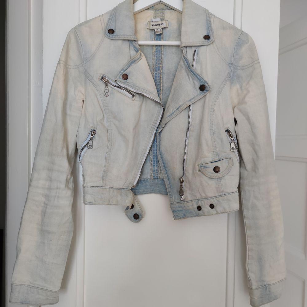Jeans jacka BIKER modell från zara, perfekt nu till sommaren, slutsåld! • köparen står för frakt  • Jag ansvarar ej för postens eventuella slarv. . Jackor.