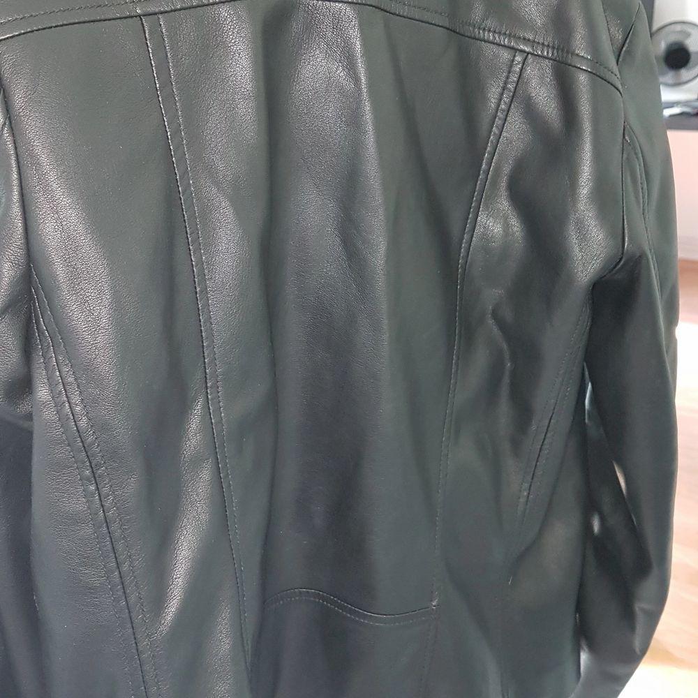 Svart skinnjacka (ej äkta skinn) i stl 40. Passformen är bra och inte för stor. Visar få tecken på slitage.. Jackor.