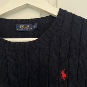 Äkta marinblå Ralph Lauren tröja. Bra skick. Köparen står för frakt.