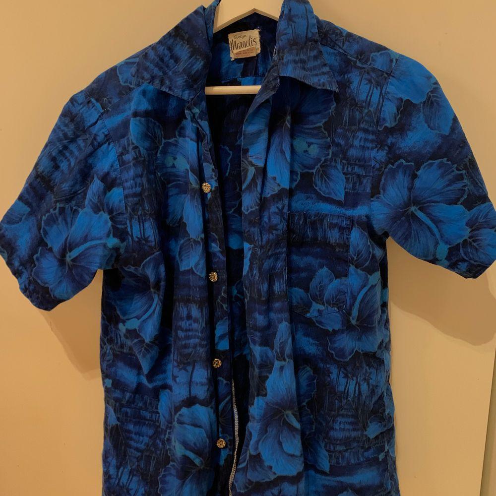 Säljer denna blåa skjorta köpt på Humana! Bra skick. Skriv i chatten för frågor/fler bilder. 💙 köparen står för frakt!. Skjortor.