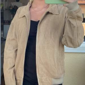 Beige jacka från Urban Outfitters. Otroligt fin! Det syns lite längst ner att den är använd