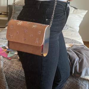 Jättesöt väska från New look som passar till det mesta. Axelremmen går inte att ta av, men går alldeles utmärkt att lägga i väskan(som syns på bild 2).På bild 3 kan man se en liten repa men som it syns vid användning. Pris: 80kr(priset är inkl frakt!)💕⚡️