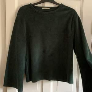Mossgrön tröja i lurvigt material från zara.