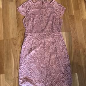 Endast använd 1 gång. En rosa spets klänning med stretch i. Den är bra i passformen och anledningen till att jag säljer den är då den inte passar längre. Köparen står för frakt, obs frakt ej medräknat i priset. Förhandlingsbart pris