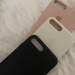 Äkta Apple skal till iPhone 8+ , rosa&vita är lite sönder i hörnet men dom skyddar lika bra! Säljer då jag fått ny mobil! NYPRIS: 500kr/styck, säljer billigt då dom är lite sönder, jag står inte för missnöje med kvaliten (men ser inte så bra men svarta skalet har också Apple märket på framsidan och vita är inte lurvigt inuti) 75kr/st 150kr för alla💜