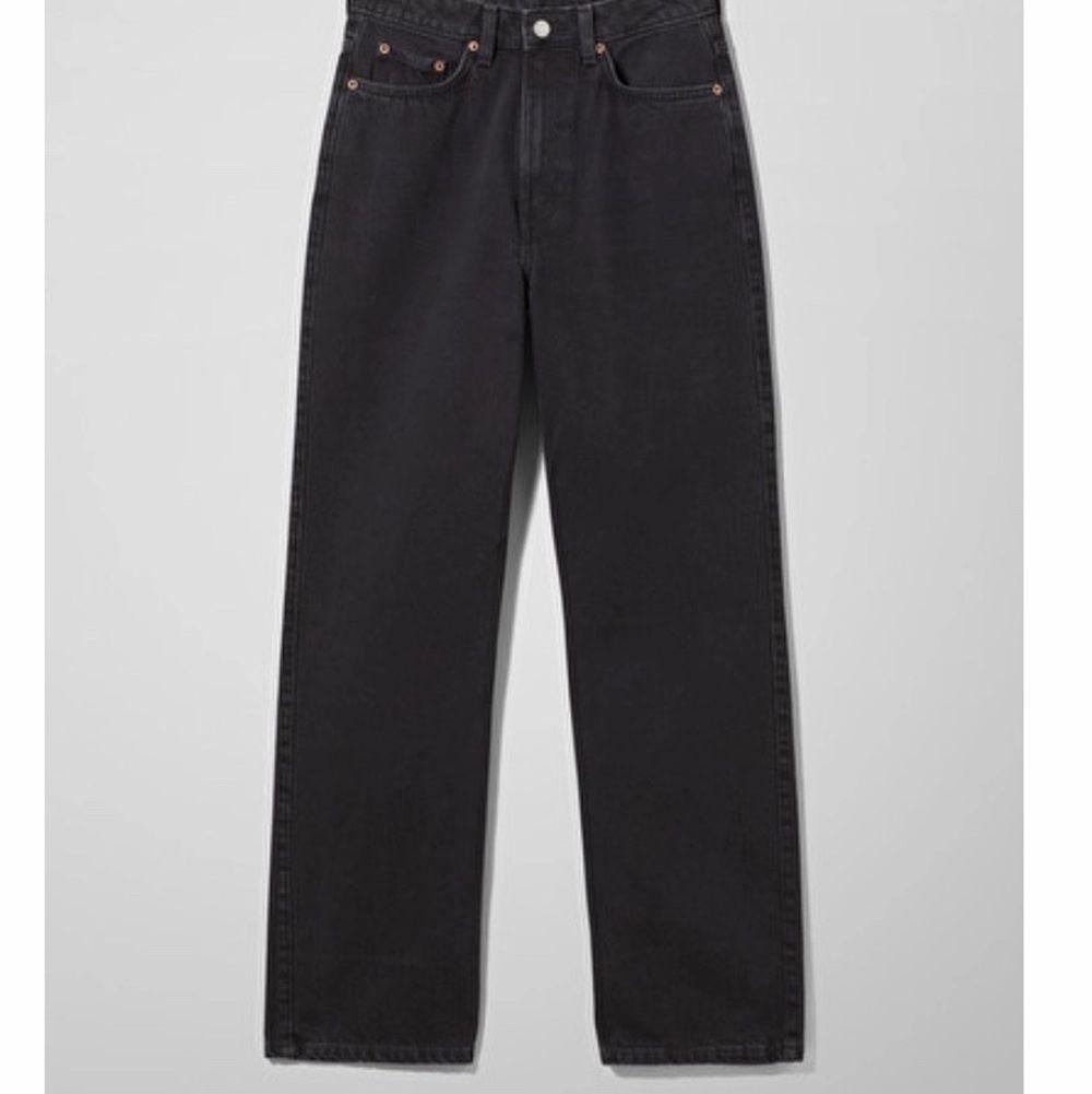 Säljer mina svarta weekday jeans i storlek 25/32. Säljer dom då dom tyvärr är för små. Nyskick och använda 2 gånger. Nypris 500. Jeans & Byxor.