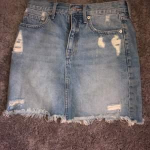 Jeans kjor använd få gånger liten i strl, super fin! Hör av er vid intresse!☺️