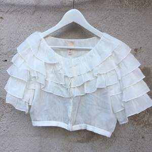 Croptop från H&M med fina detaljer. Använd ett fåtal gånger så är i nyskick. 100% bomull. Köparen står för frakt.
