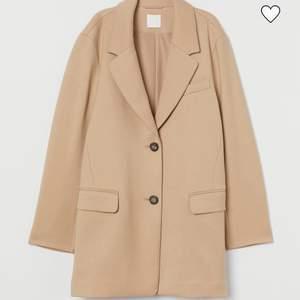 Super snygg kappa från H&M! Köptes förra hösten men är i ett mycket bra tillstånd. Jag som 165 är den lite lång i armarna men man kan ha en tjock tröja under utan problem. Betalning via swish🌸