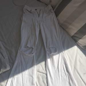 Vita bootcut jeans från Drdenim med hål på knäna. Använda men ändå bra skick. Är 165 och dom går ner hela vägen till skorna. Tyvärr har dom blivit skrynkliga / stora runt dragkedjan ( tror ej detta syns på någon som har större höfter då det dras ut mer )
