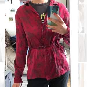 Skjorta som kan knytas på flera olika sätt, superfin öppen också. Storlek står inte på lappen men skulle säga att den är en S/M