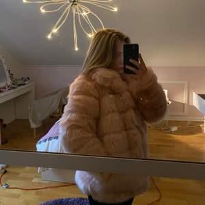 Säljer min rosa fusk pälsjacka ifrån Nelly. Plagget är i strl 36/S och har normal passform.