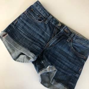 Jättesnygga blåa jeansshorts som passar bra nu till sommaren. Väldigt basic så det är snyggt att klä upp med tillexempel en fin sommarblus💓