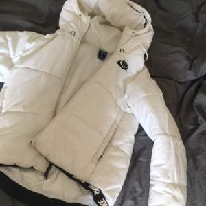 Vit Nike jacka in fint men använt skick. Storlek s🖤 200 kr