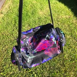 Snygg väska från asos. Helt oanvänd. Inga fel. Köparen står för frakt