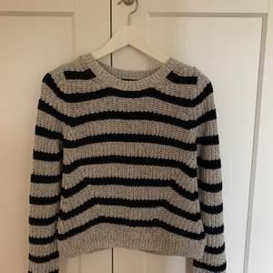 Grå/svart randig stickad tröja från H&M. 100kr inklusive frakt.