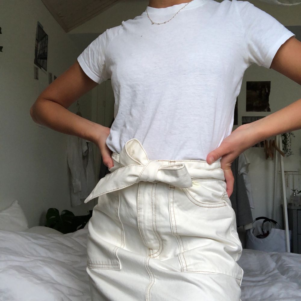En benvit kjol från Gina. Superfin och aldrig använd! Kan mötas upp i Malmö annars står köparen för frakten.. Kjolar.