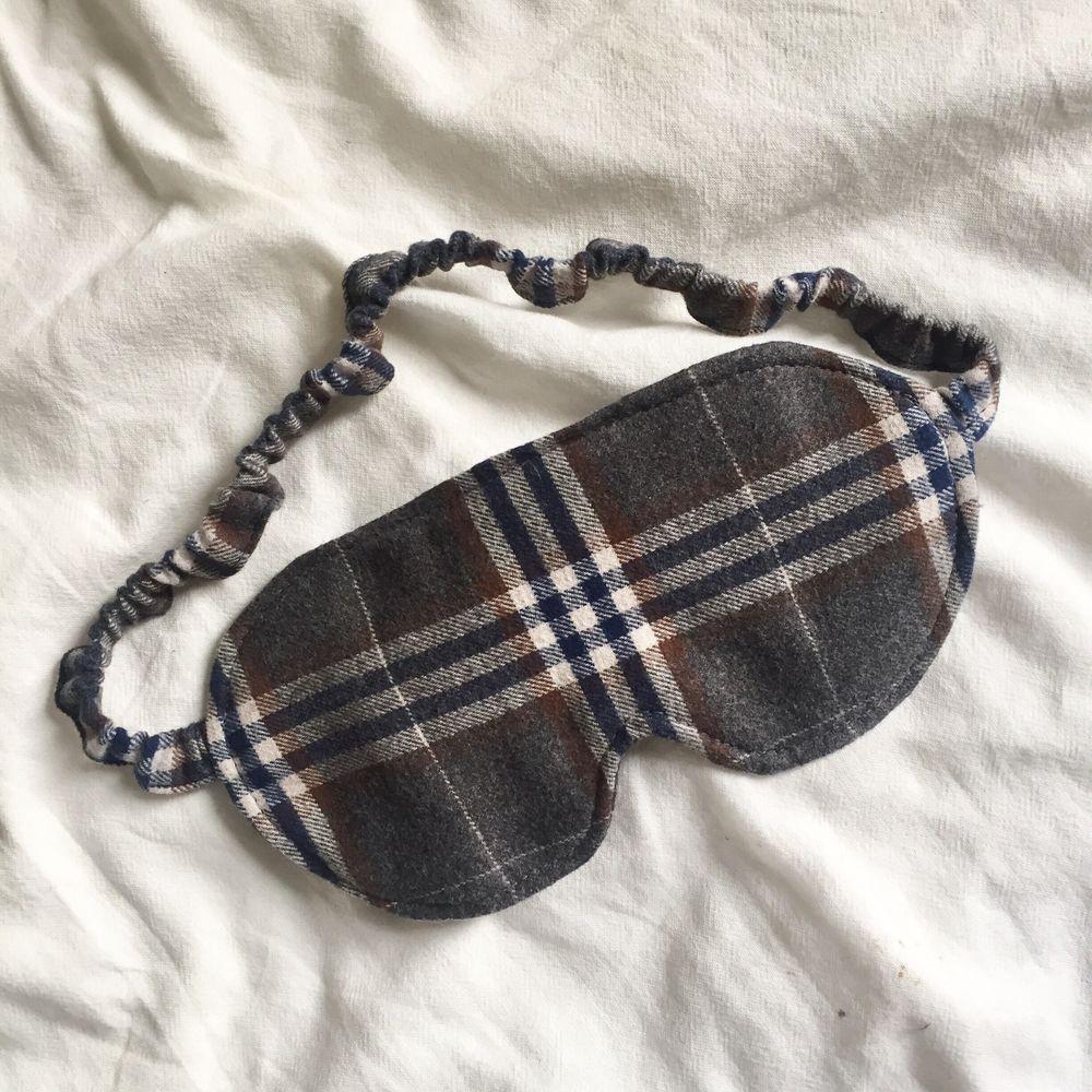 Sovmask sydd av återvunnet tyg! Jättemjuk och stänger ute ljuset🌌 Gratis frakt💌  . Accessoarer.