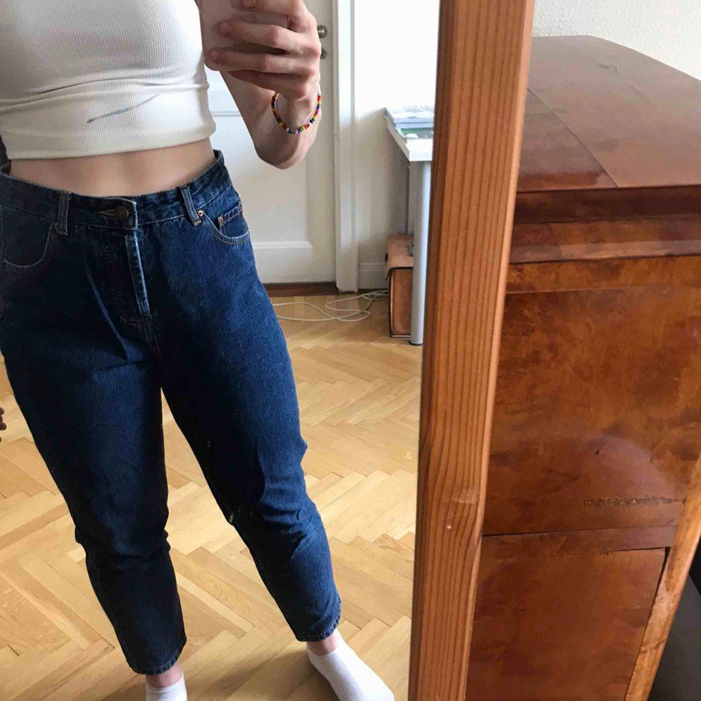 Mörka mom jeans från pull&bear. Bra skick och material. Köparen står för frakten. Kan även mötas upp i Stockholm.. Jeans & Byxor.