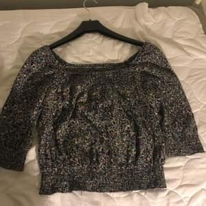 En fin blommig  offshoulder tröja. Säljs bara i Helsingborg.