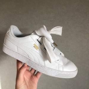 """Intressekoll på dessa SKITSNYGGA (!!) vita puma basket """"lack"""" sneakers, de kommer med tjockt snöre både i tyg och """"silke"""". Säljer pga fel storlek, skorna är sparsamt använda (prislapp finns kvar) o nypriset var 999 kr. Budgivning startar på 300 kr!🦋"""