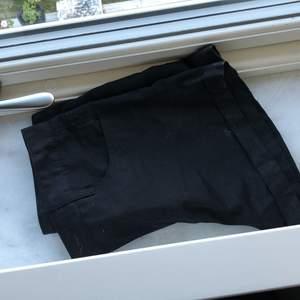 Nya svarta shorts som är helt nya! Köpt i Korea och får benen att vara väldigt långa! Asiatisk storlek M och funkar på en XS-M! Superfina! Dma om flera foton!