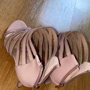 Dam skor. Kostar 200kr. Kan posta eller mötas.