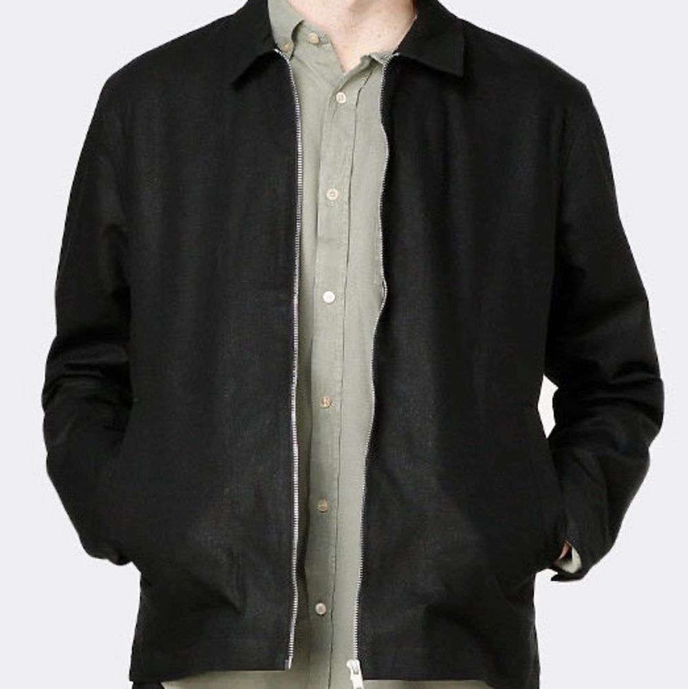 Knappt använd tunn jacka från Elvine i storlek M. Vattenavstötande med minimalistisk workwear-inspirerad design. Nypris 1599kr.. Jackor.