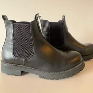 Snygga boots! Finns små slitningar men är inte speciellt synliga men därav det billiga priset. Väldigt sköna! Köpare står för frakt.