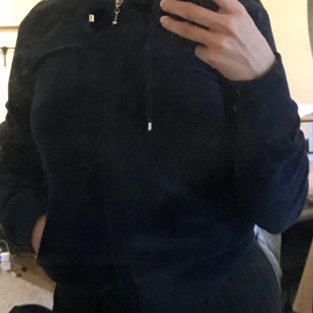 Marinblå zip från Cubus i velour! Så lik juicy couture! Storlek xs oanvänd. Huvtröjor & Träningströjor.