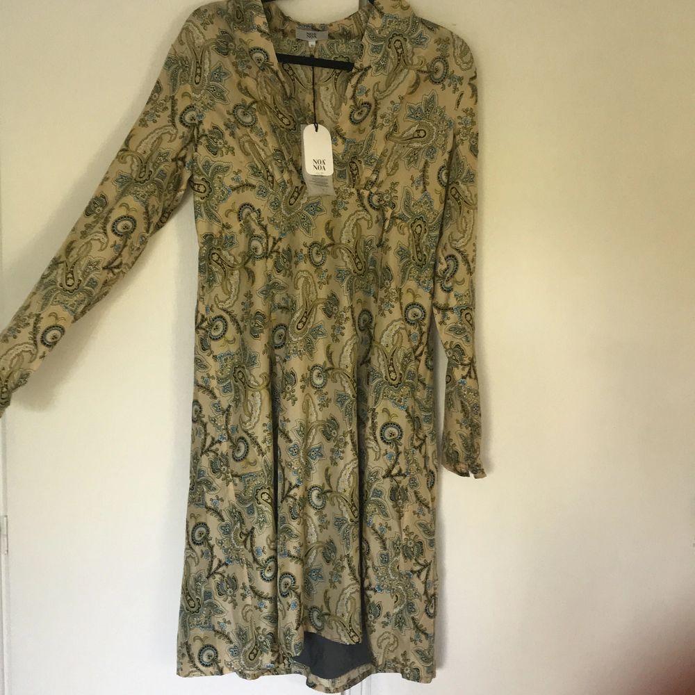 Världens finaste sidenklänning från Noa Noa. Liten i storleken helt oanvänd och nypris 1599. Klänningar.