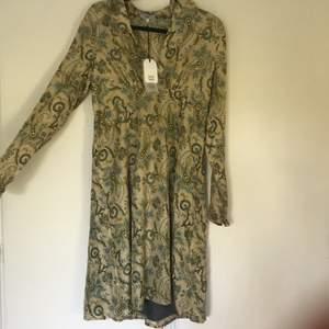 Världens finaste sidenklänning från Noa Noa. Liten i storleken helt oanvänd och nypris 1599