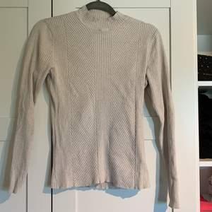 Tunn tröja från H&M som passar storlekar runt L enligt mig🥰