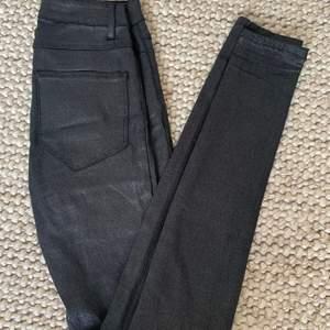 As balla glittriga jeans från VILA, andrig använda💘 passar jätte bra till fest eller liknande!💞 säljer för 150kr