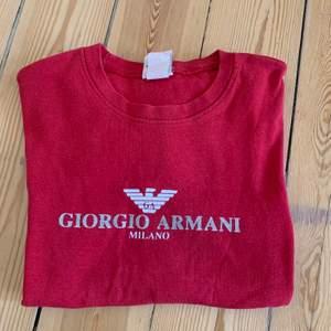 giorgio armani T-shirt som är fake. köpt på någon loppis. Passar S/XS