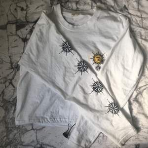 Denna e-girl aktiga tröja är köpt i Stockholm på Urban outfitters🖤🌞 KATT OCH HUND FINNS I HEMMET. Går att dra åt vid midjan! ;) Frakten blir ca 30kr