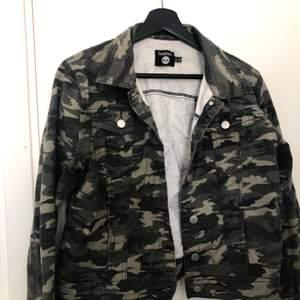 En militär jacka från Boohoo, väldigt bra skick. Frakt tillkommer