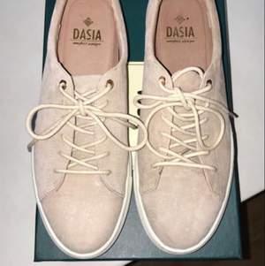 Skor från Dasia i storlek 40 säljes. Mycket fint skick, knappt använda å säljes då jag inte får användning för dem. Skriv för mer info och pris kan diskuteras.
