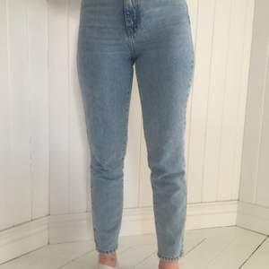 """Säljer här min blå jeans som endast är användna 2 gånger. Jensen heter """" dagny petit """" och kommer från Gina tricot. Frakt betalas själv. Jensen inköpspris var 500kr och har storlek 32."""
