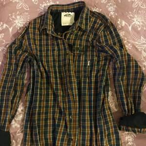 Riktigt nice skjorta från Vans, rutig i typ flanelltyg. Strl L men passar även M. Jag har haft den som tjej, strl M typ 176 cm lång. 100 kr+ frakt/porto