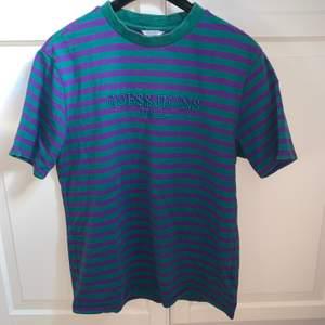 En sjukt snygg och sällsynt guess x asap Rocky t-shirt i storlek M!!🥰  Den har någon mindre fläck på ryggen och har ingen aning om den går bort i tvätten eller inte meN de inget man tänker på😇 Den är självklart äkta!! Fraktkostnad ingår i priset!!!
