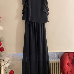 Mörkblå långklänning i mycket fin skickt, köparen står för ev frakt