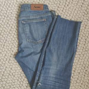 Skitfina jeans från Acne i ljus tvätt. Rå kant nertill och en snygg slitning vid sidan av knät. Storlek W31 och L27, passar mig som är 175cm lång. Köpare står för frakt. ✨